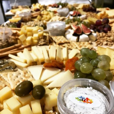 Eine reichhaltige Käseplatte, gartniert mit Oliven, Trauben, Feigen und weiteren Extras